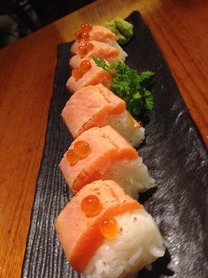 北海道のサーモン炙り棒寿司