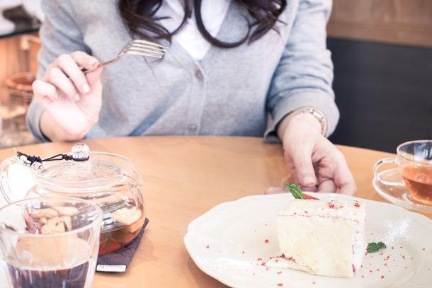 彼女とカフェでケーキを食べる